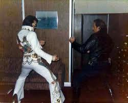 Élvis in jumpsuit in karatehouding tegen agent 1974