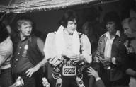 Elvis met Red Sonny Hebler op podium