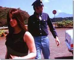 Elvis met priscilla met politiepet