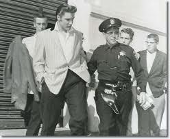 Elvis naast politieagent jaren vijftig